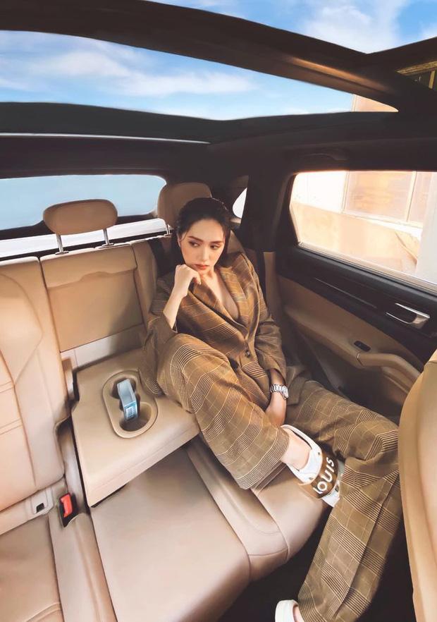 """CEO Hương Giang khoe ảnh """"chanh sả"""" trong ô tô bạc tỷ, thả rông khoe vòng 1 căng đầy và tạo dáng bá đạo mới chịu!"""