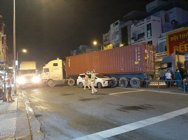Lạc tay lái, xe đầu kéo gây ra vụ tai nạn liên hoàn - Ảnh 2.