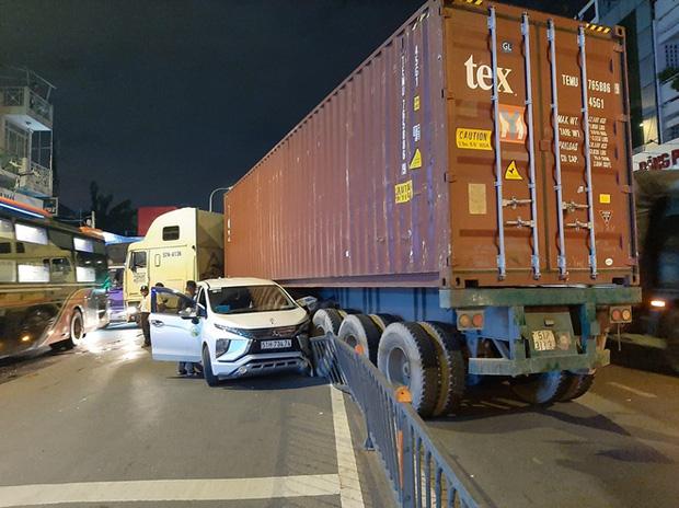 Lạc tay lái, xe đầu kéo gây ra vụ tai nạn liên hoàn - Ảnh 4.