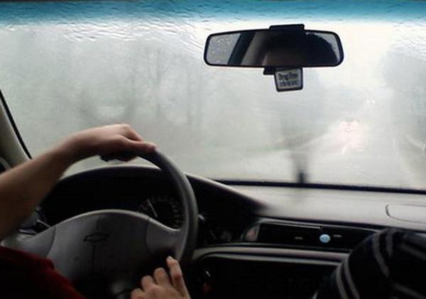 Mẹo ngăn hiện tượng kính lái bị hấp hơi nước vào mùa lạnh - Ảnh 1.