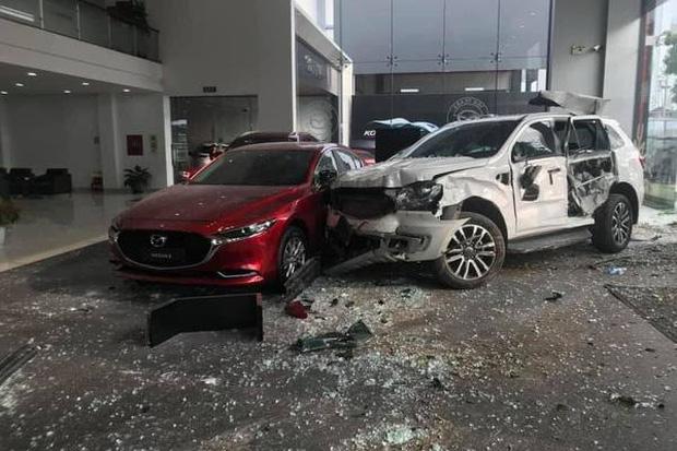 Thông tin mới nhất vụ nữ tài xế lái ô tô tông thẳng vào showroom khiến 1 người tử vong - Ảnh 1.
