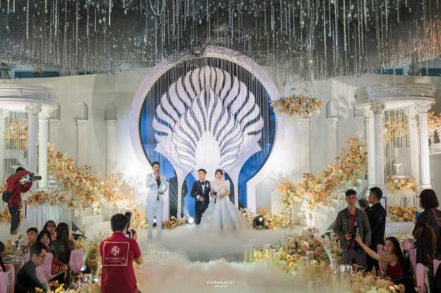 """Đám cưới """"cổ tích"""" tại Bắc Ninh: Bố tự tay thiết kế hôn lễ cho con gái, chi phí hơn 30 tỷ, gần 300 xế hộp xếp chật kín đường - Ảnh 11."""