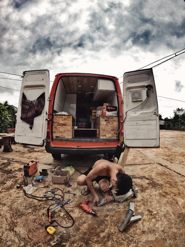 Chi 250 triệu đồng để biến xe cũ thành nhà, đôi vợ chồng trẻ thực hiện hành trình xuyên Việt trong không gian sống chỉ 6m2  - Ảnh 10.