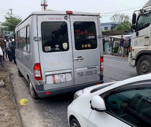 Ô tô hết hạn kiểm định chở khách lạng lách trên đường, tài xế cố thủ trên xe, chống đối CSGT - Ảnh 1.