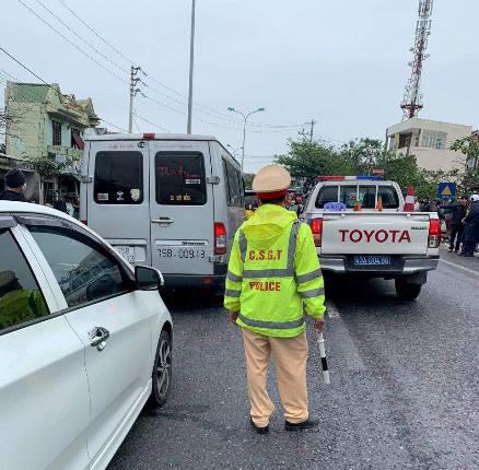 Ô tô hết hạn kiểm định chở khách lạng lách trên đường, tài xế cố thủ trên xe, chống đối CSGT - Ảnh 2.