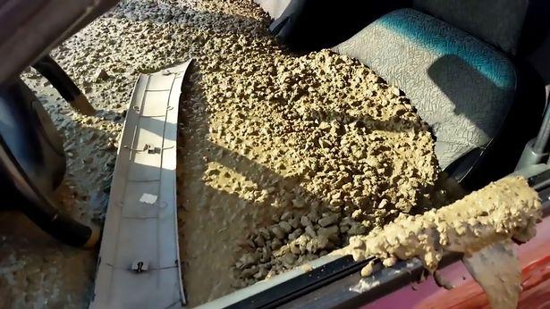 Mọi người sửng sốt khi thấy người đàn ông đổ đầy bê tông vào xe hơi trông phát ớn và sẽ chẳng ai tưởng tượng ra được lý do đâu! - Ảnh 1.
