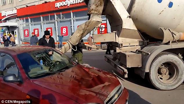 Mọi người sửng sốt khi thấy người đàn ông đổ đầy bê tông vào xe hơi trông phát ớn và sẽ chẳng ai tưởng tượng ra được lý do đâu! - Ảnh 2.