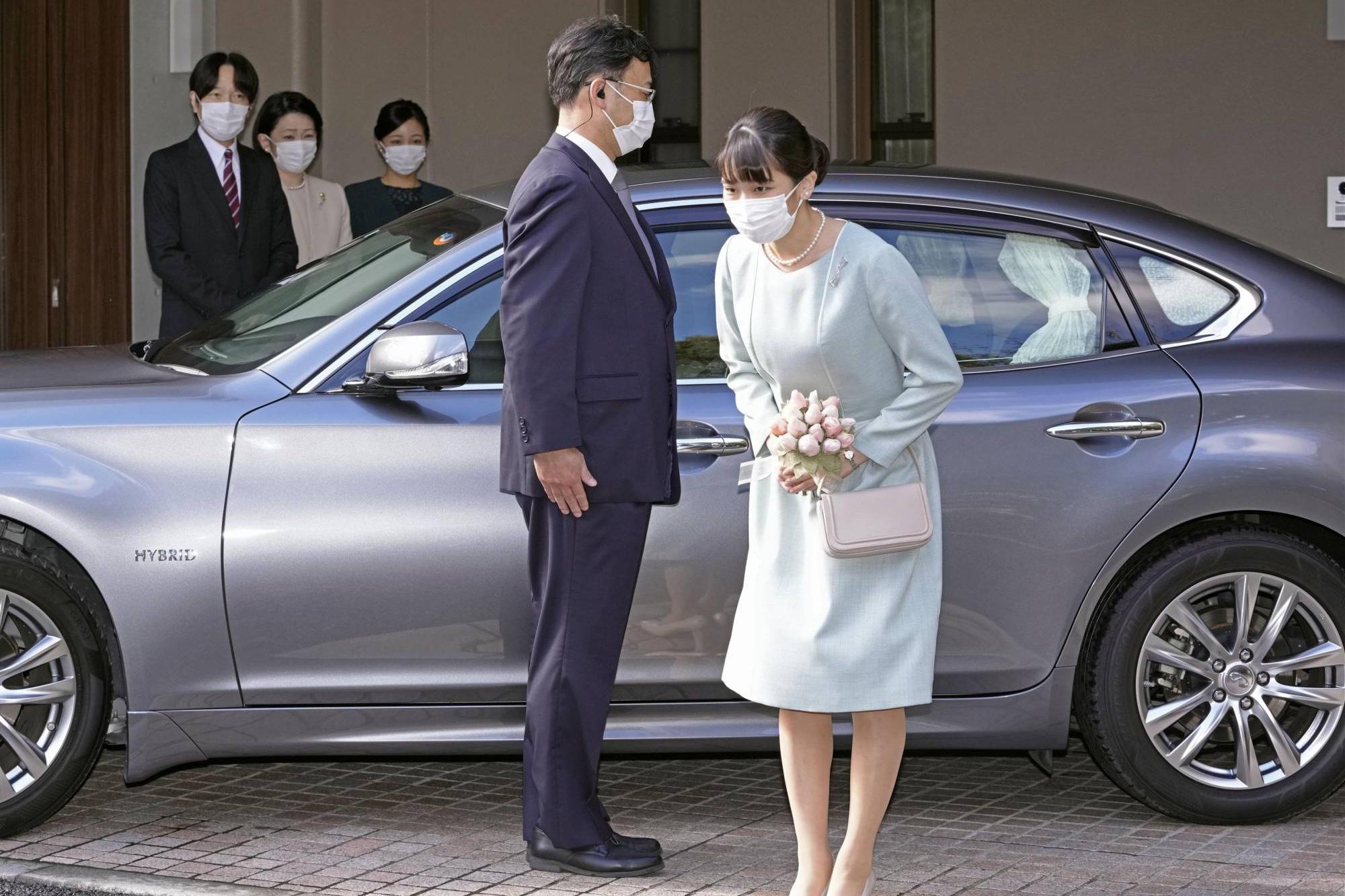 Cưới thường dân, công chúa Nhật Bản nghẹn ngào bước lên Infiniti Q50 Hybrid 'theo chồng về dinh'