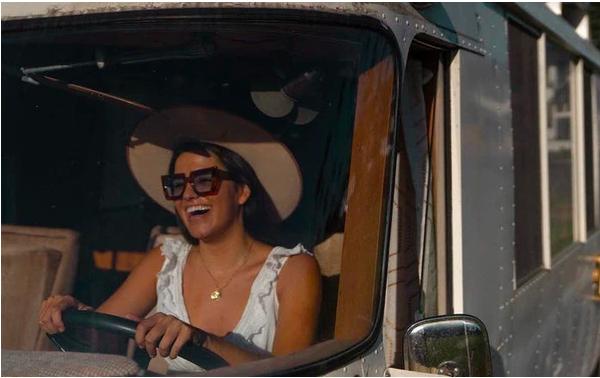 Đam mê dịch chuyển, cô gái trẻ mua xe cổ về tự sửa thành nhà di động và lái xe chu du khắp nước Mỹ  - Ảnh 1.