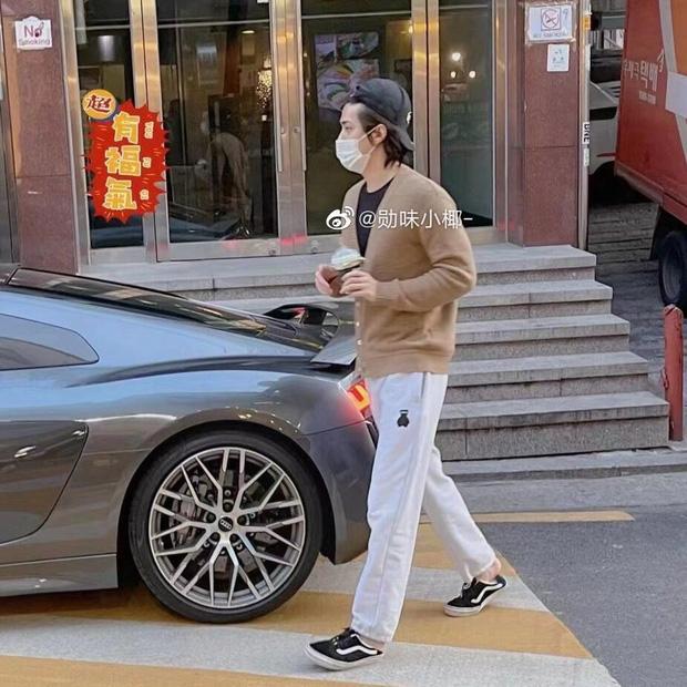 Phát hiện nam thần hot nhất nhì Kpop lái Audi 4 tỷ chỉ để đi mua... trà sữa: Đúng là không có gì ngoài tiền!