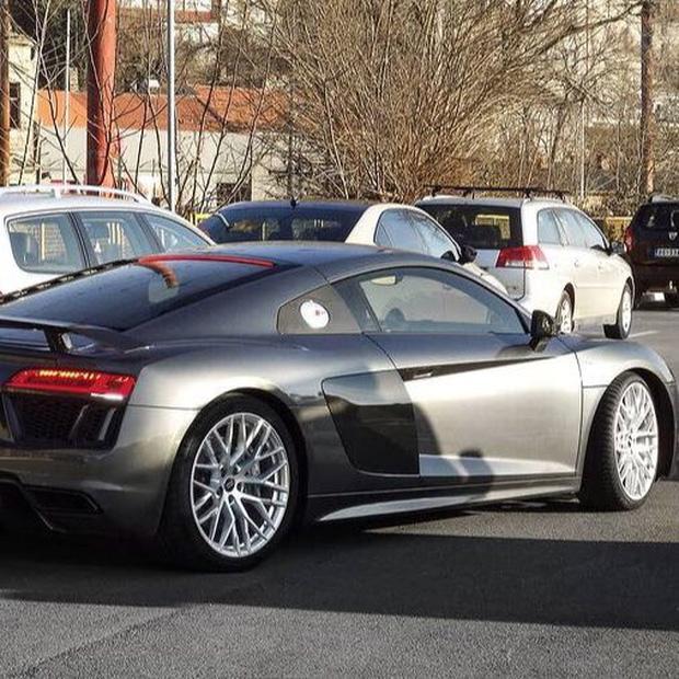Phát hiện nam thần hot nhất nhì Kpop lái Audi 4 tỷ chỉ để đi mua... trà sữa: Đúng là không có gì ngoài tiền! - Ảnh 2.