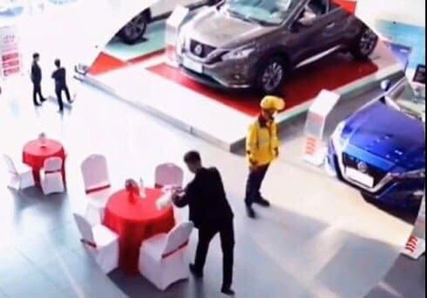 Shipper đi làm vì đam mê: Giao đồ ăn cho khách, thấy ô tô đẹp quá xuống tiền mua luôn dù đã có 2 cái