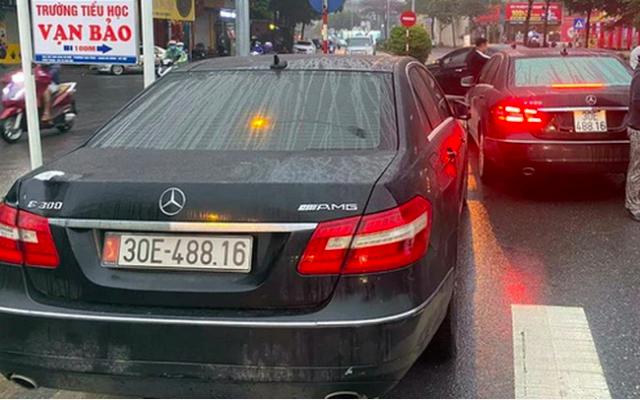 Tạm giữ hai ô tô Mercedes giống nhau như hai giọt nước trên phố Hà Nội  - Ảnh 1.