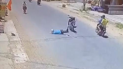 Nam thanh niên ngã văng xuống đường, lồm cồm bò dậy thì không thấy xe đâu, dân mạng xem kỹ clip mới thấy - Ảnh 2.