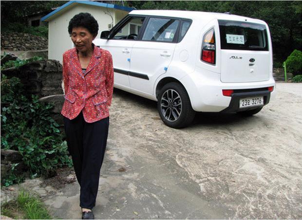 Cụ bà thi trượt bằng lái 959 lần, tới lần 960 mới đỗ ai ngờ được tặng luôn xế hộp để động viên - Ảnh 1.