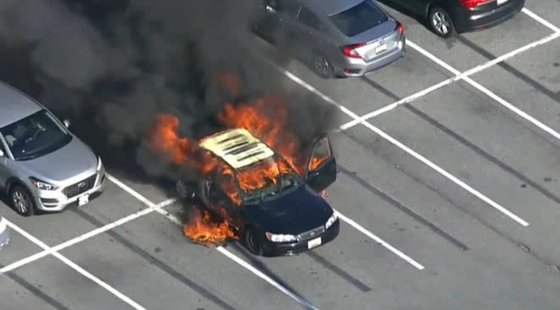 Xe ô tô bất ngờ biến thành ngọn đuốc bốc cháy dữ dội trong tích tắc, nguyên nhân chỉ từ lọ nước rửa tay khô quen thuộc - Ảnh 1.