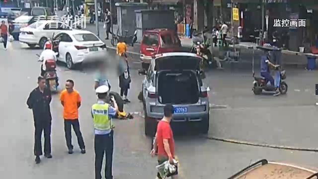 Bánh xe bị khóa vì đỗ sai quy định, người đàn ông tháo ngay giữa đường, thay bằng bánh dự phòng để tránh bị phạt - Ảnh 2.