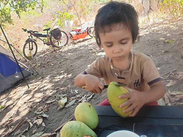 Bán hết tài sản, cặp vợ chồng Vũng Tàu đạp xe chở 2 con nhỏ đi phượt khắp Việt Nam - Ảnh 10.