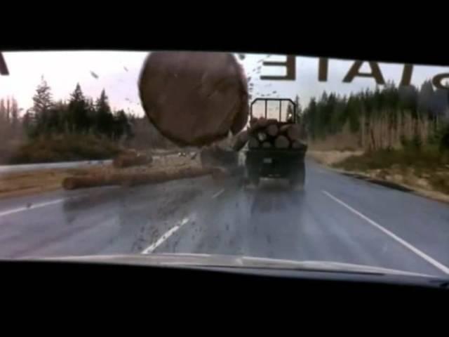 Thanh gỗ văng ra từ xe tải đâm thủng kính ô tô chạy sau như trong phim Final Destination - Ảnh 1.