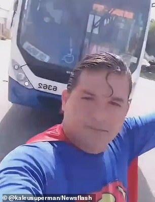 Ăn mặc như Superman rồi ra đường diễn trò, vlogger bị tông trúng khi đang cố chặn xe bus bằng tay - Ảnh 3.