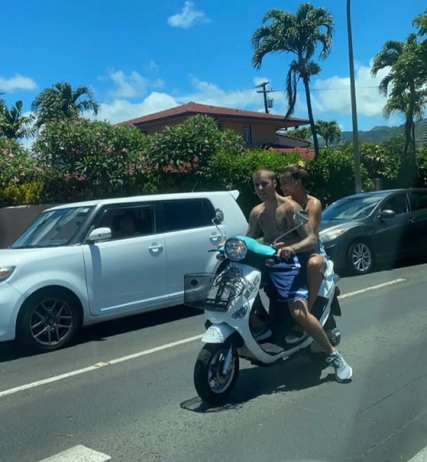 Hot rần rần hình ảnh Justin Bieber cởi trần phóng xe máy chở vợ đi chơi, nhìn tưởng bon bon giữa trời nắng Quận 1 - Ảnh 1.