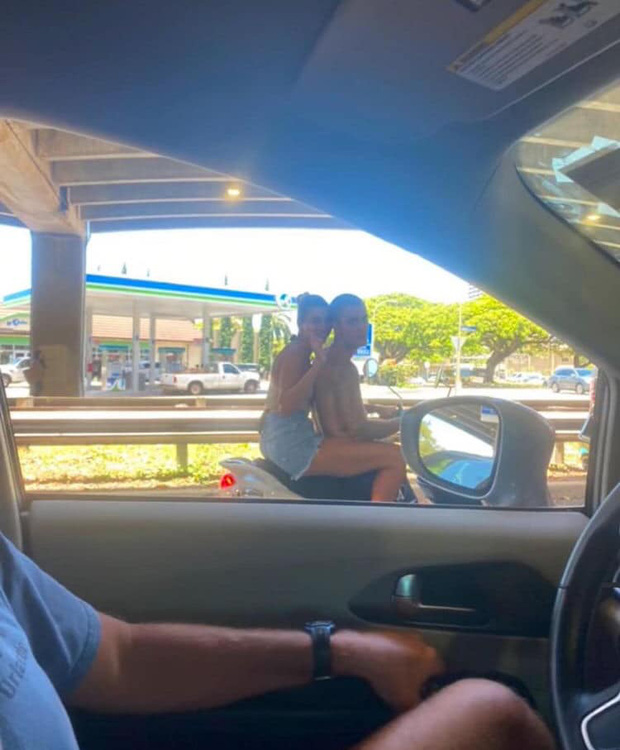 Hot rần rần hình ảnh Justin Bieber cởi trần phóng xe máy chở vợ đi chơi, nhìn tưởng bon bon giữa trời nắng Quận 1 - Ảnh 2.
