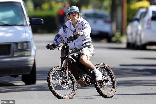 Hot rần rần hình ảnh Justin Bieber cởi trần phóng xe máy chở vợ đi chơi, nhìn tưởng bon bon giữa trời nắng Quận 1 - Ảnh 4.