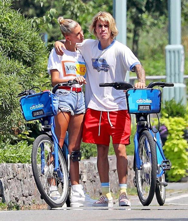 Hot rần rần hình ảnh Justin Bieber cởi trần phóng xe máy chở vợ đi chơi, nhìn tưởng bon bon giữa trời nắng Quận 1 - Ảnh 5.