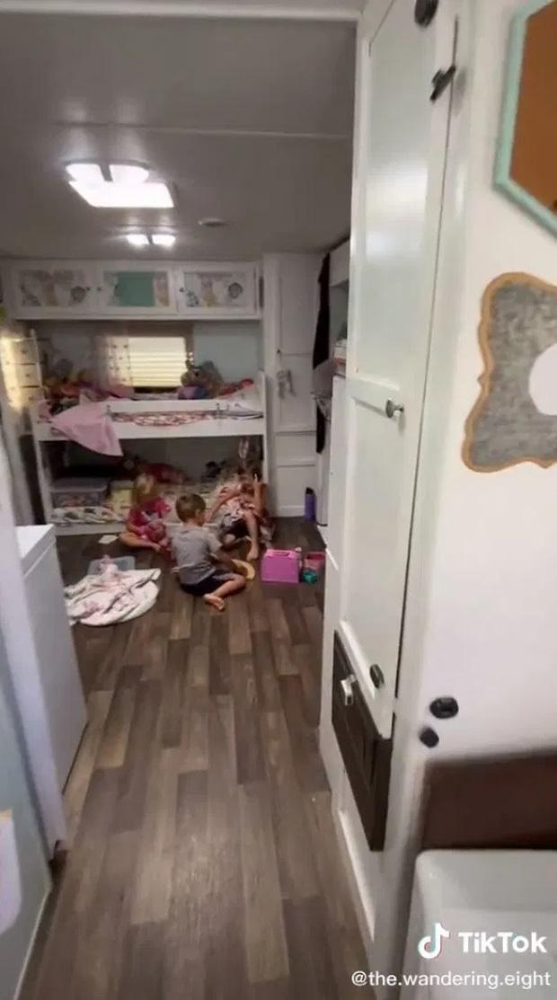 Vợ chồng bán nhà đưa 6 con chu du thiên hạ trên xe nhìn như toa tàu hỏa, bước vào bên trong mới thật ngỡ ngàng! - Ảnh 4.