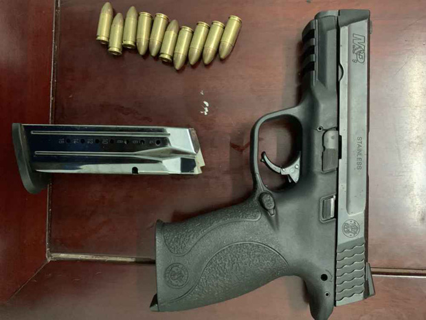 Video: Hàng chục cảnh sát chặn bắt chiếc ô tô chở ma túy và vũ khí nóng như phim hành động - Ảnh 6.