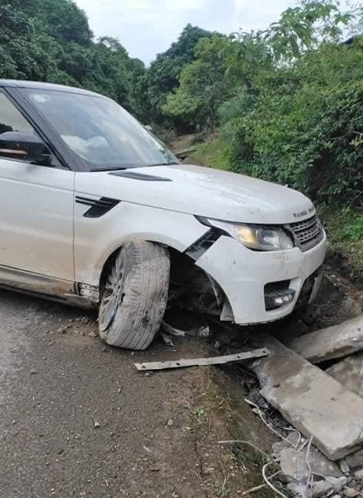 Huấn hoa hồng gặp nạn: Range Rover tiền tỉ cắm đầu xuống cống, bánh trước gãy gập  hoàn toàn - Ảnh 1.