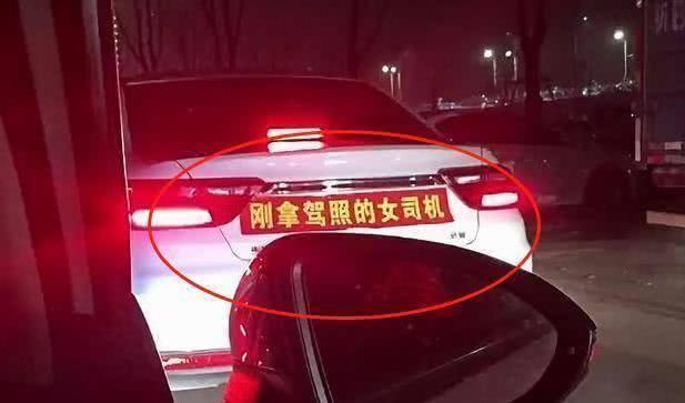 Dán băng rôn vỏn vẹn 8 chữ phía sau xe, chủ xe khiến các tài xế khác phải tránh xa vài mét, không dám đi gần - Ảnh 1.