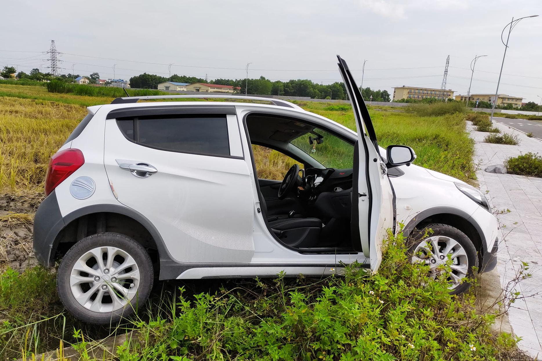Vợ tập lái lùi thẳng VinFast Fadil xuống ruộng, chủ xe khen khung gầm, khắc phục hậu quả chỉ mất 300.000 đồng
