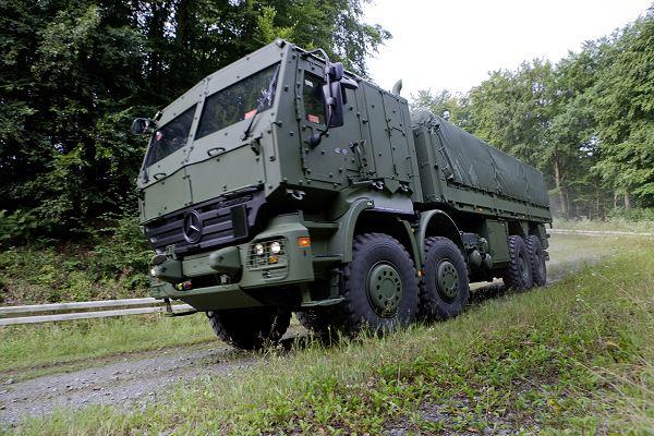Với thiết kế hiệu quả, Mercedes còn chào hàng một vài biến thể mới như Actros 3841AK 8x8, đây là phiên bản xe tải quân sự có tải trọng 16,5 tấn.