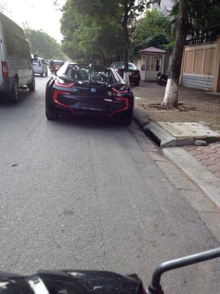 Nhiều người đã chụp hình chiếc BMW i8 màu đen mờ và đăng lên mạng. Ảnh: Văn Thiệp/Otofun