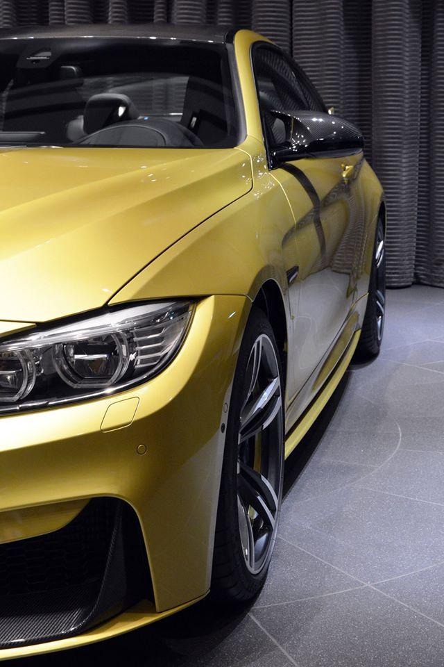 Bản thân vỏ gương ngoại thất và trần xe cũng được làm bằng sợi carbon. Nhờ đó, chiếc BMW M4 màu vàng Austin Yellow trông càng thêm đặc sắc.