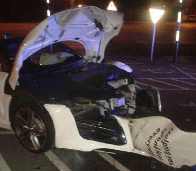 Chiếc siêu xe Audi R8 bị hư hỏng nặng sau khi đâm vào ô tô cảnh sát.