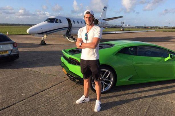Gareth Bale chụp ảnh bên siêu xe và máy bay.