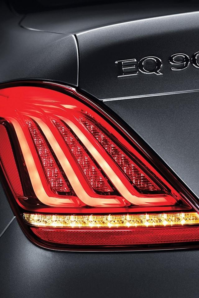 ... và đèn hậu nằm dọc và nhiều chi tiết bằng kim loại mang đến cảm giác cao cấp cho Genesis G90.