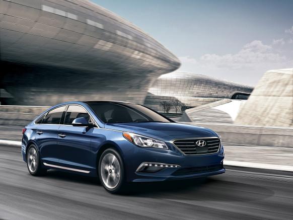 Hyundai Sonata 2016 có 3 phiên bản là máy xăng thông thường, hybrid và plug-in hybrid. Trong đó, phiên bản plug-in hybrid có thể đi 38 km bằng điện.