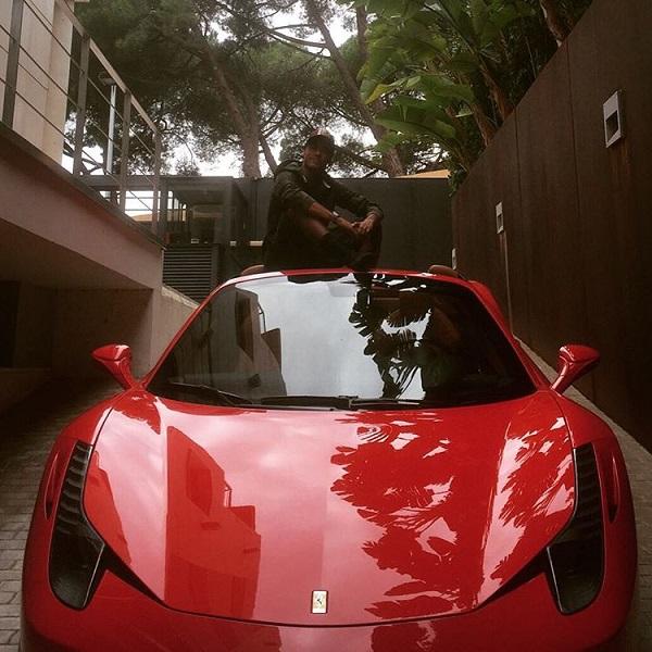 Neymar ngồi trên nóc chiếc siêu xe mới.