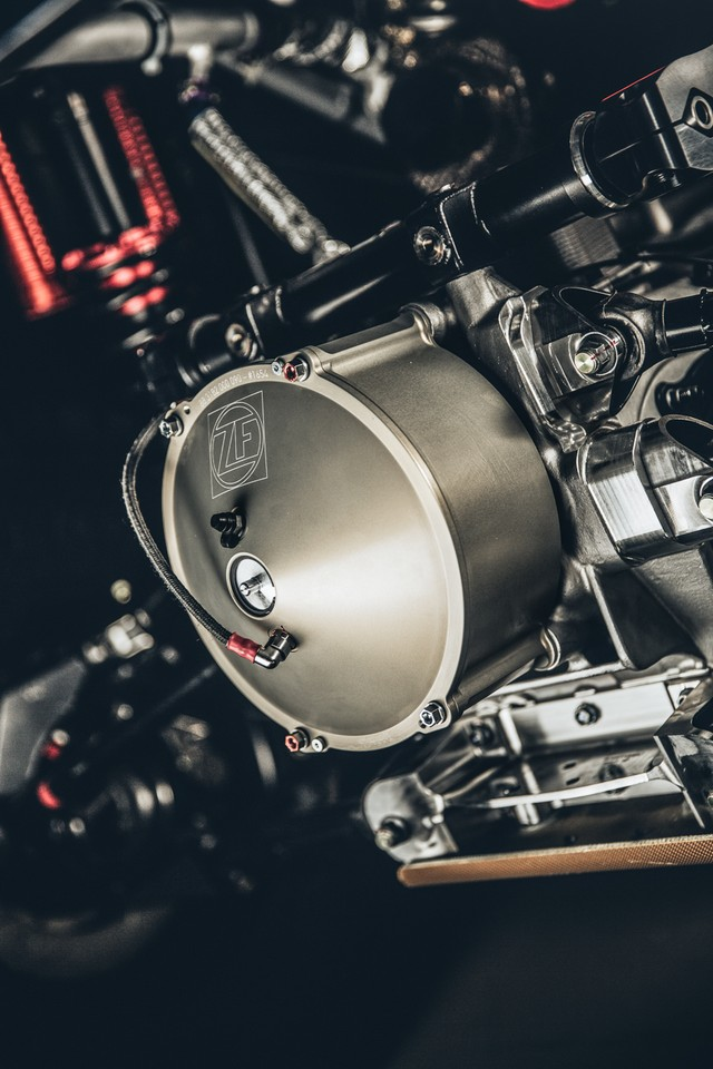 Peugeot 2008 DKR 2016 được trang bị khối động cơ diesel V6, tăng áp kép, dung tích 3,2 lít, sản sinh công suất tối đa 350 mã lực và mô-men xoắn cực đại 800 Nm. So với phiên bản cũ, Peugeot 2008 DKR 2016 mạnh hơn 10 mã lực và 212 Nm. Trong khi đó, mô-men xoắn cực đại của động cơ đạt ở vòng tua máy 5.000 vòng/phút thay vì 7.800 vòng/phút như trước.