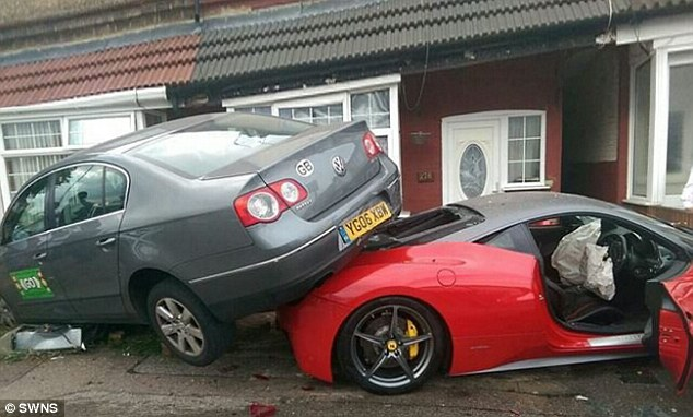Chiếc siêu xe Ferrari 458 Italia của hãng Prestige Lifestyle gặp tai nạn.