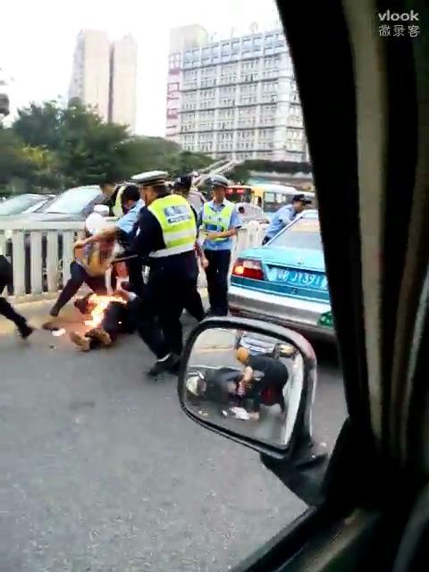 Hình ảnh kẻ gian ăn cắp đồ trong cốp xe máy qua gương chiếu hậu.