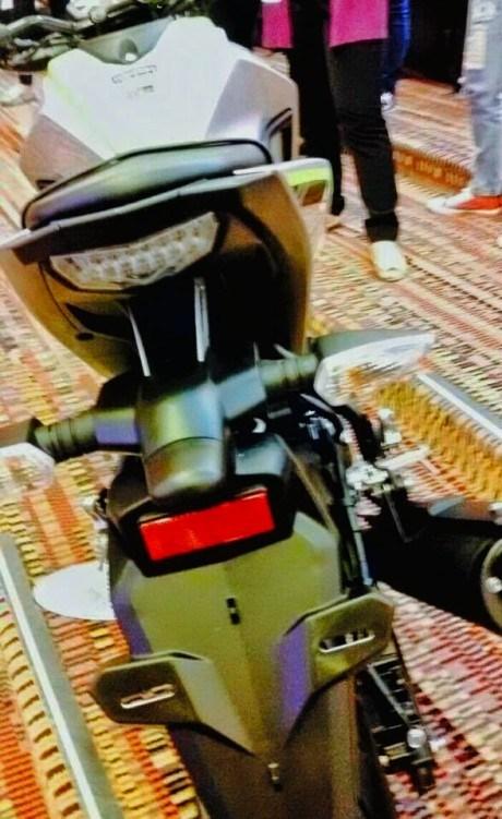 Dự đoán, Yamaha MT-15 sẽ có ít nhất 3 phiên bản màu là đen-đỏ, đen-xanh và bạc-xanh. Xe sẽ có mặt trên thị trường Thái Lan đầu tiên, sau đó đến Indonesia.