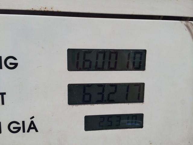 Thông số trên trụ bơm xăng tại cây xăng Hùng Vương.