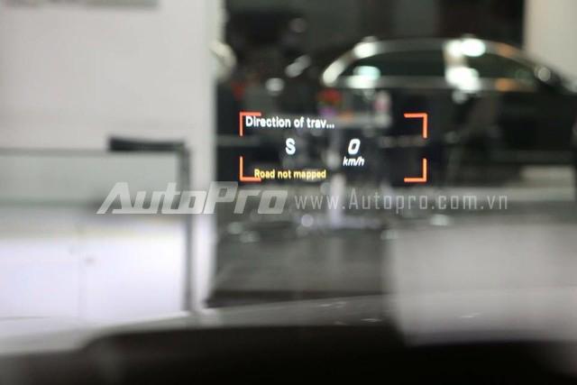 Chiếc S500L của Cường Đôla cũng được trang bị tính năng hiển thị thông tin lên kính chắn gió, giống như trên BMW i8