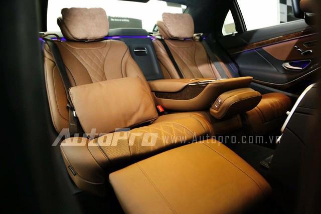 Cụ thể, Mercedes-Benz S500L cải tiến được trang bị hàng ghế thương gia, tích hợp đệm đỡ bắp chân, và có thể ngả đến 43,5 độ để người ngồi nghỉ ngơi ngay trong xe. Nếu người sử dụng đẩy ghế phụ lái ra phía trước, gỡ tựa đầu, ghế phụ lái và ghế thương gia phía sau có thể tạo thành một chiếc giường hoàn chỉnh.