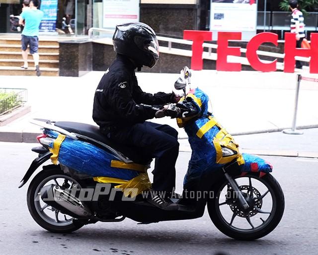 Nhân viên Piaggio chạy thử Liberty mới trên phố Hà Nội.