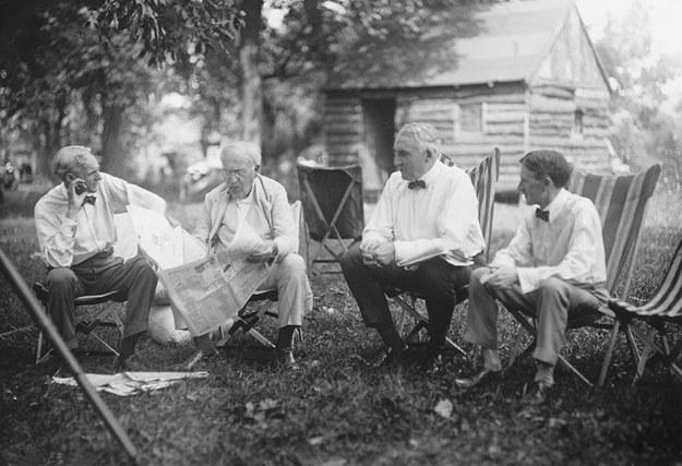 Henry Ford (ngoài cùng bên trái) và Thomas Edison (cầm báo).